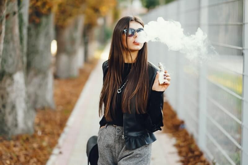 E sigara içen kız