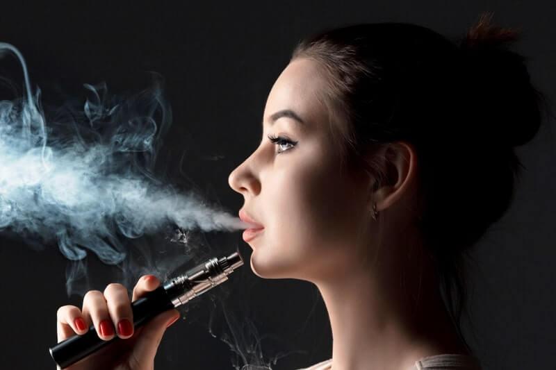E sigara kullanan genç kadın