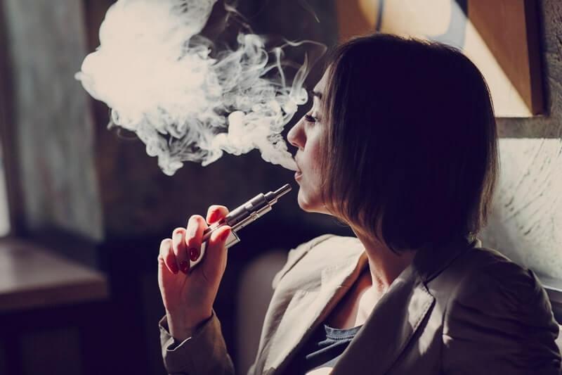E sigara içen kadın