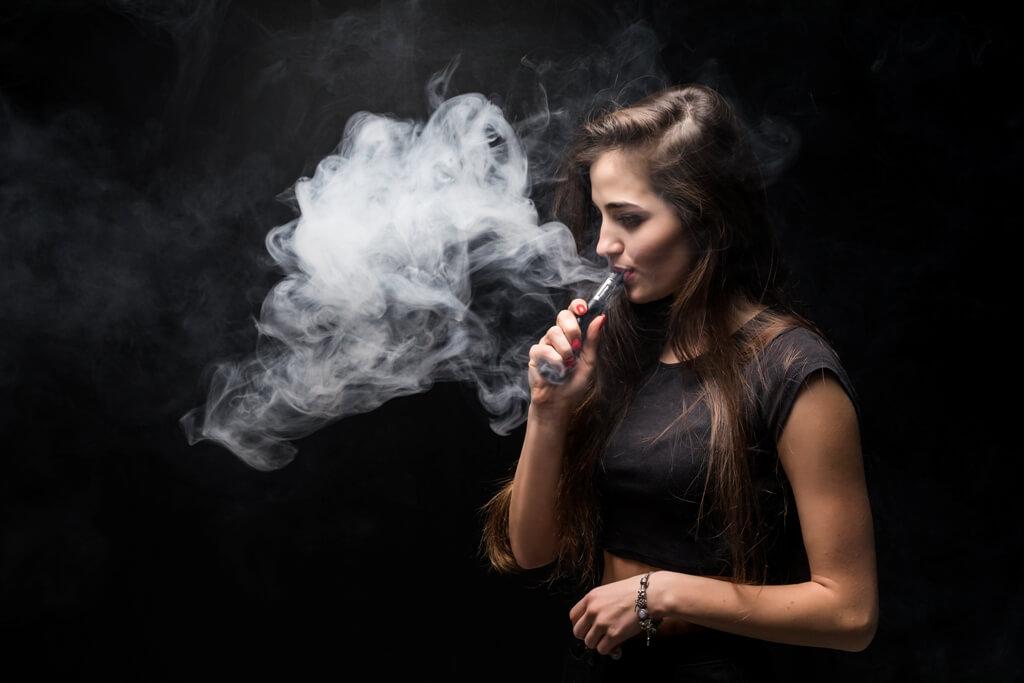 Elektronik sigara içen genç kız