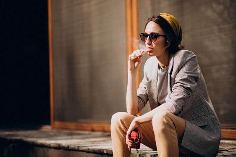 E sigara içen bayan