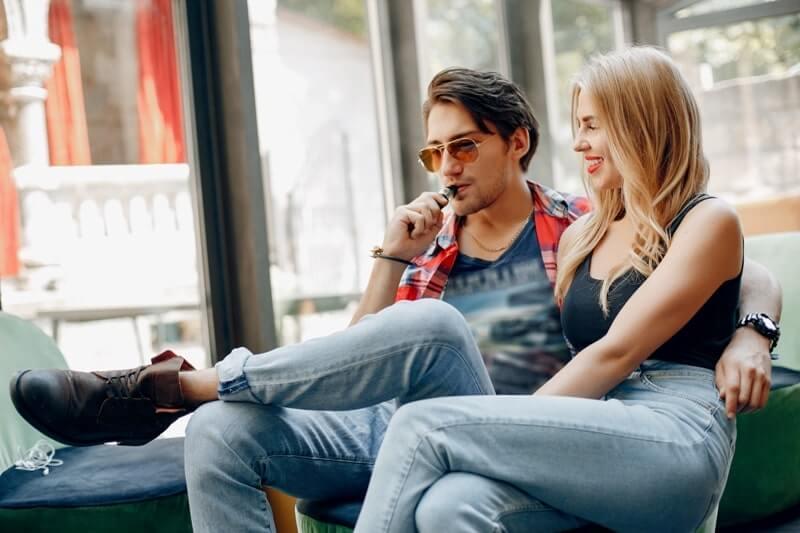 E-sigara kullanan gençler